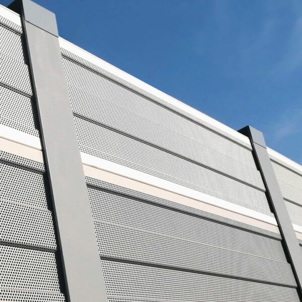 Aluminium-Lärmschutz-Element mit Pfosten.