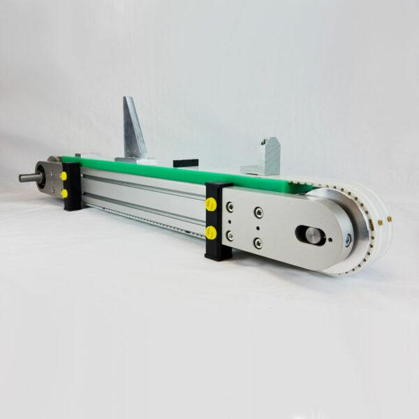 Zahnriemenförderer ZRF 80 Modelltyp ausgerüstet mit AT-AP Zahnriemen und diversen Transportnocken.
